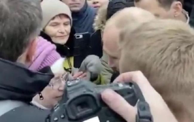 普京抱住了一名哭泣的老奶奶