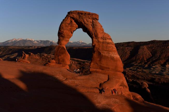 犹他州地标之一的精致拱门传出游客坠落丧命事件,造成二死一伤。(Getty Images)