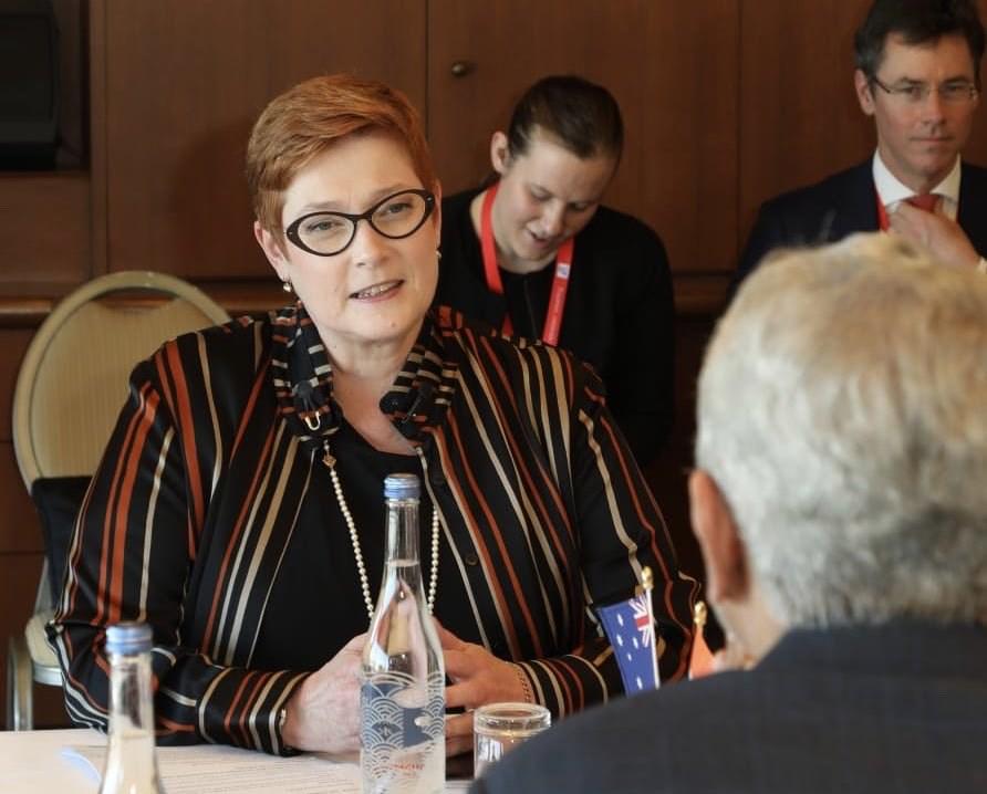 澳洲外交部�L潘恩(左)�f,澳洲�v北京大使�^官�T近�硖皆L�b押中的��a均後,她不得不公�_�l言。(�D取自twitter.com/MarisePayne)