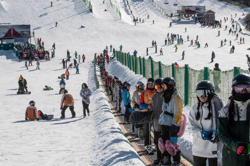 在最繁忙的节假日,超过9000人将挤进南山滑雪场。