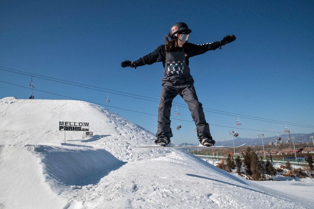 南山滑雪场,一名雪板玩家做了一个小跳。