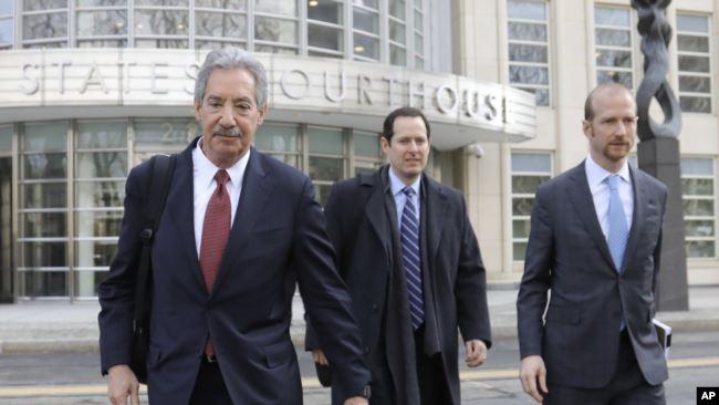 华为的律师们2019年3月14日离开纽约布鲁克林的联邦法庭。左起,律师詹姆斯・科尔,迈克尔・亚历山大・利维和大卫・比特科尔。(美联社照片)