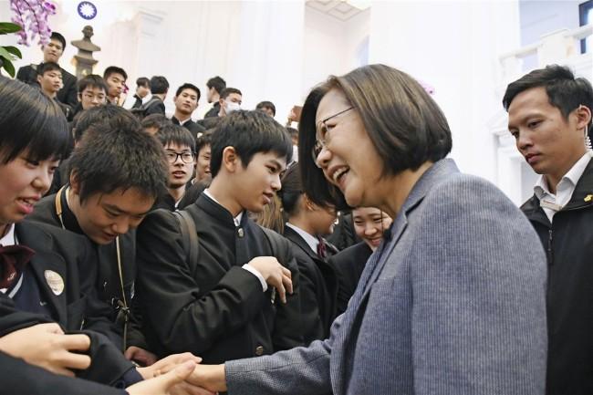 日本高中生访台湾总统府 总统突现身问这个问题