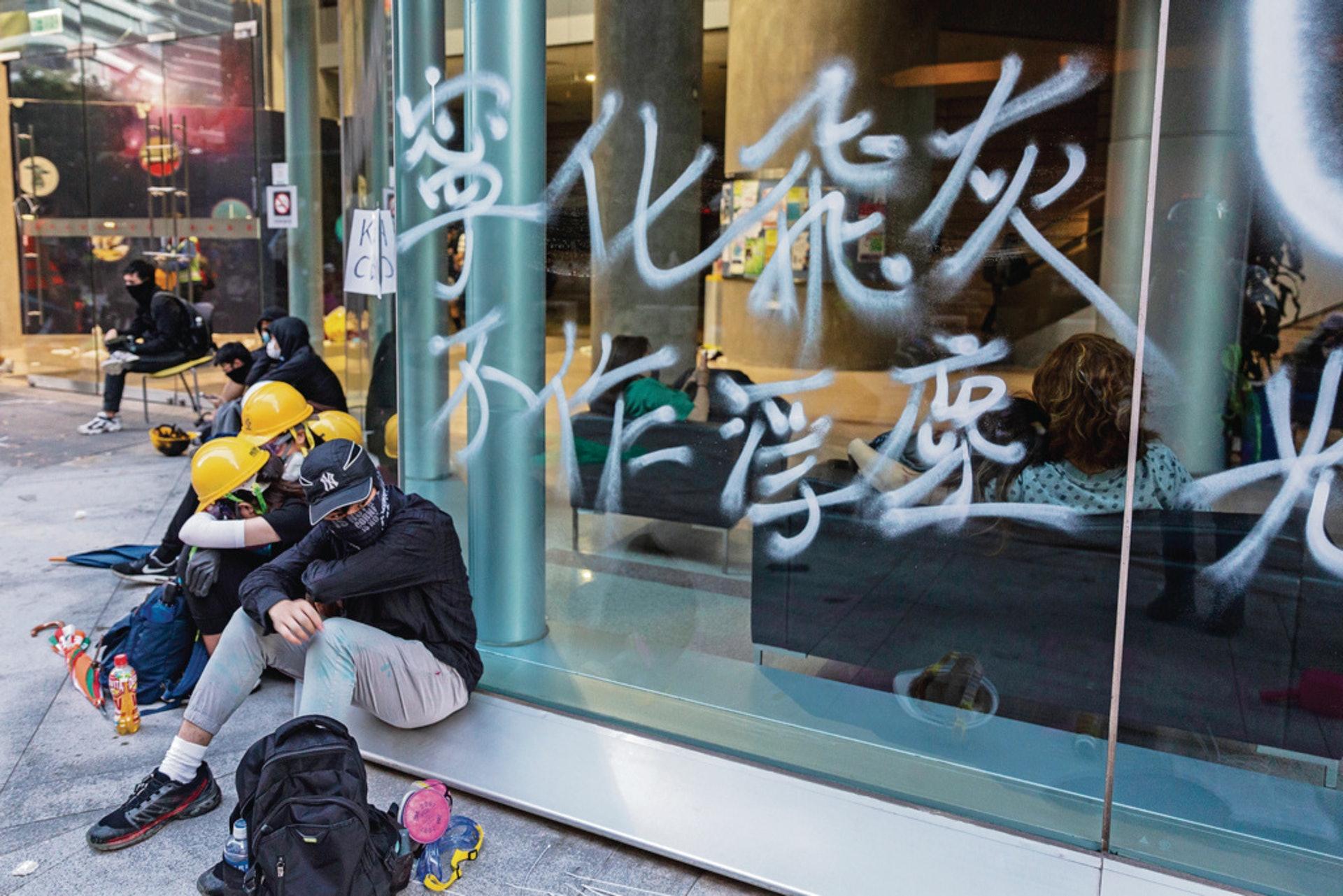 """""""记住你不是香港人"""" 港高校内地学生的逃与留"""
