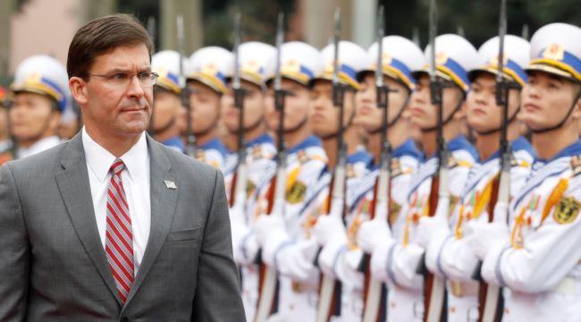 美国防部长埃斯珀2019年11月19日访问越南检阅仪仗队。(路透社)