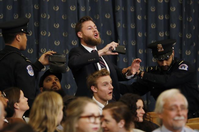 今天弹劾川普听证前有抗议者大声咆啸并持手机录影。美联社