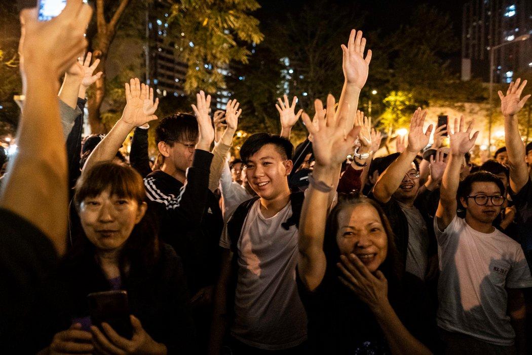 11月,民主支持者在香港一个投票站外庆祝。