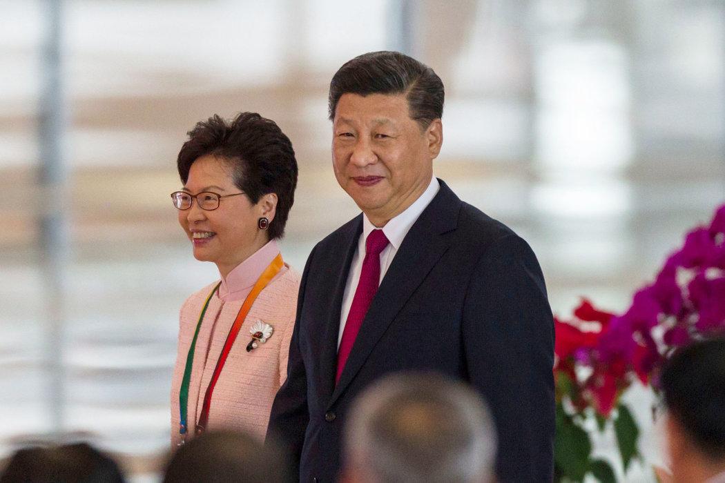 去年,香港特区行政长官林郑月娥(左)与中国国家主席习近平在珠海会面。她作为香港领导人的任期取决于习近平的明确支持。