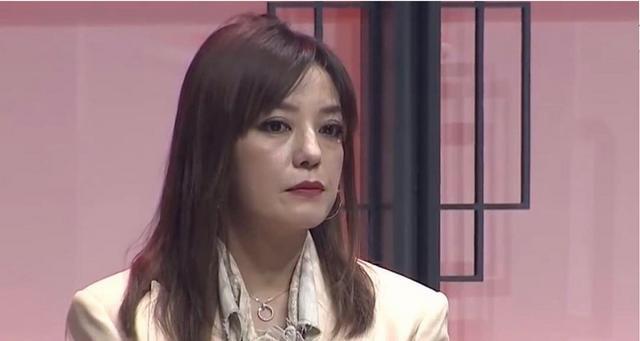 脸垮了!43岁赵薇生图曝光 泪沟法令纹明显