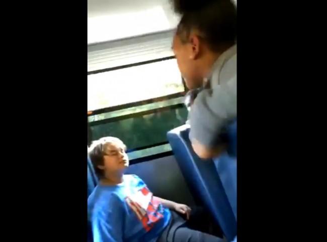 """14岁白人少年遭黑人同学围殴 因戴""""挺川普""""帽子"""