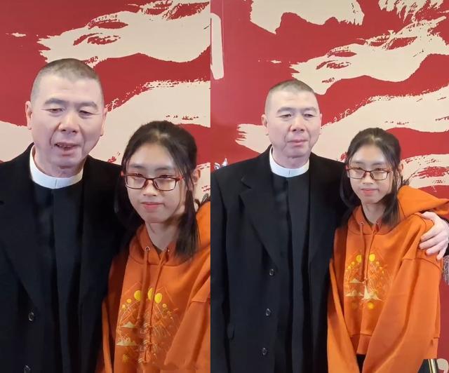 冯小刚15岁养女罕见露面 与冯小刚越长越像