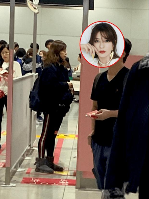 老公欠债数亿 赵薇憔悴现身机场取行李被围观