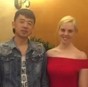 中国东北小哥娶了澳洲白富美,回老家办婚礼,全村上千人围观