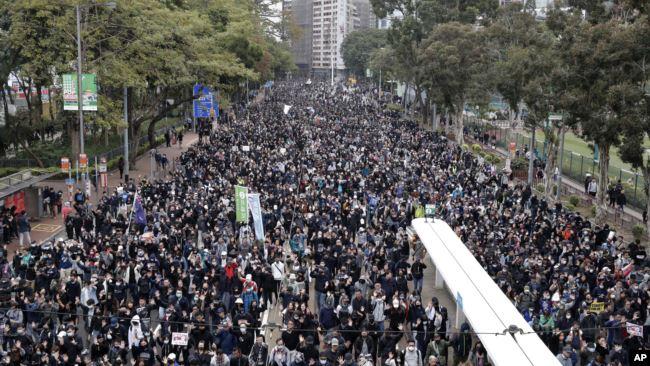 """成千上万的香港民众2020年1月1日举行新年大游行,重申""""五项诉求缺一不可""""的诉求。"""