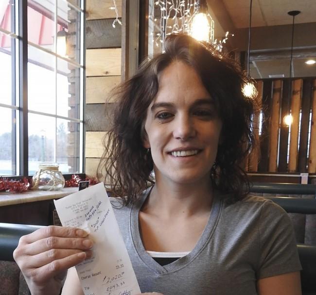 美国食客用餐后付单亲妈妈服务生2020美元小费