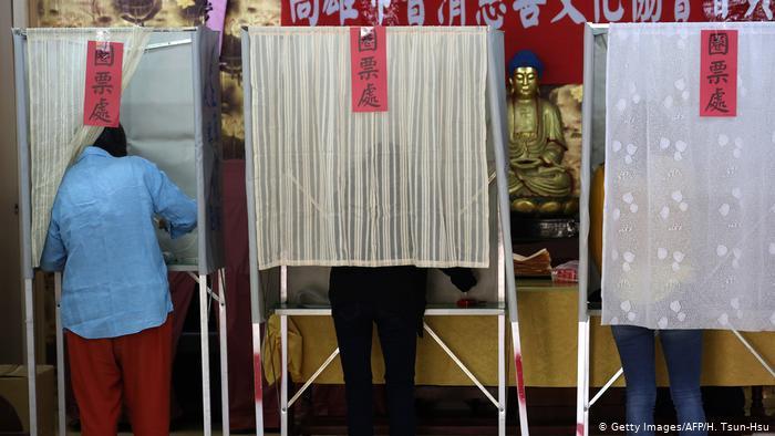 Taiwan Präsidentschaftswahl 2020   Stimmabgabe in Kaohsiung (Getty Images/AFP/H. Tsun-Hsu)