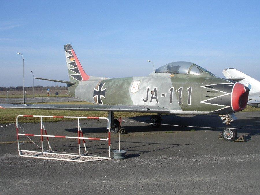 """哈特曼担任了第七十一里希特霍芬战斗机联队的首任司令官,装备了由加拿大康纳戴尔(Canadair)生产的""""北美航空""""F-86MK.VI""""军刀""""。"""