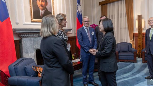 台湾总统蔡英文13日接见华盛顿智库《美国企业研究院》民主及印太战略访问团(台湾总统府提供)