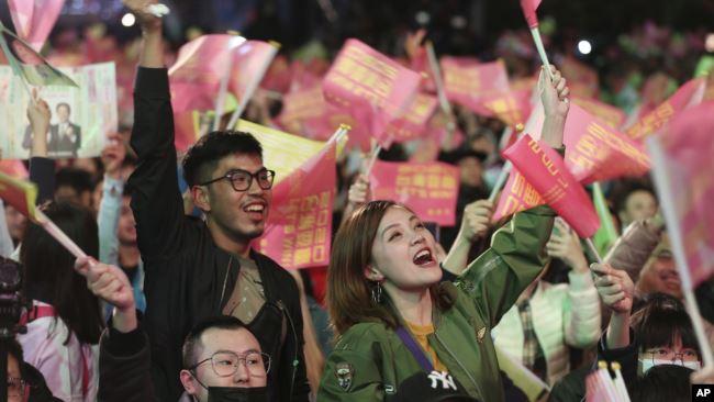 台湾总统蔡英文的支持者庆祝蔡英文胜选连任。(2020年1月11日)