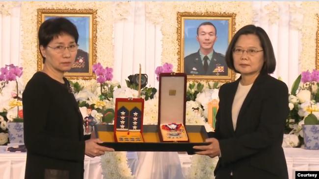 台湾总统蔡英文主持黑鹰直升机遇难官兵公祭仪式。(2020年1月14日)