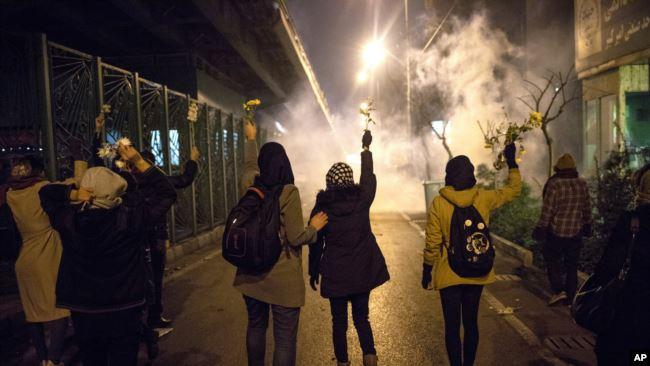 示威者在德黑兰阿米尔卡比尔理工大学前举花悼念被军方击落的乌克兰客机上的死难者,警方释放催泪瓦斯。(2020年1月11日)