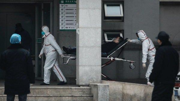 1月17日,武汉医务人员转移武汉肺炎患者。