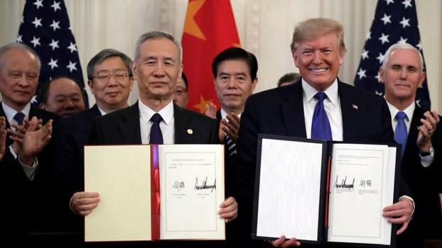 2020年1月15日,美国总统特朗普和中国国务院副总理刘鹤签署美中第一阶段贸易协议。(美联社)