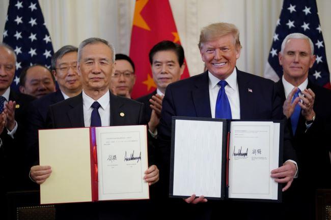 2020年1月15日,特朗普总统和中国副总理刘鹤在白宫签字之后合影。
