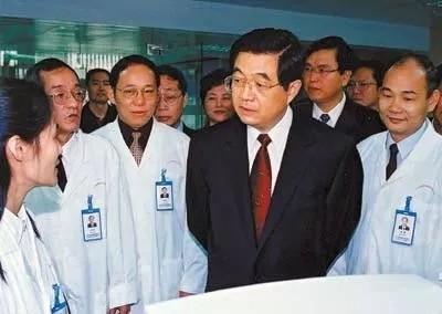 温馨回忆!当年抗SARS, 胡温站在第一线