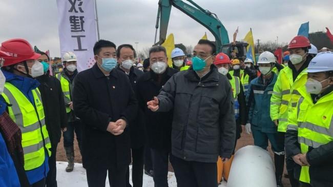 武汉市长周先旺(左二)暗示瞒报疫情责任在中央.jpg