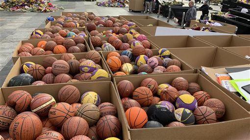 Kobe悼念現場光是籃球就有1353顆。(圖/翻攝自Lee Zeidman推特)