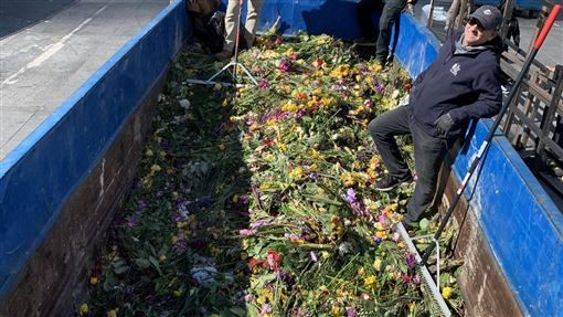 Kobe悼念現場花束也相當驚人。(圖/翻攝自Lee Zeidman推特)