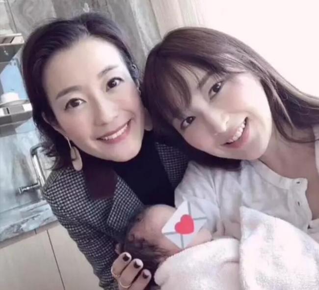 吴佩慈首次抱四胎女儿出镜 长发素颜显清纯