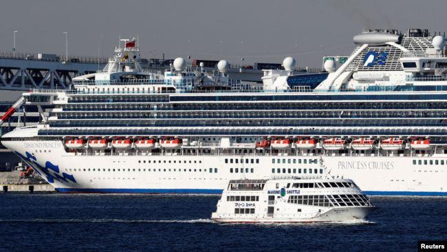 日本横滨港外钻石公主号游轮上的游客有136人被确诊感染了新冠病毒。(2020年2月10日)
