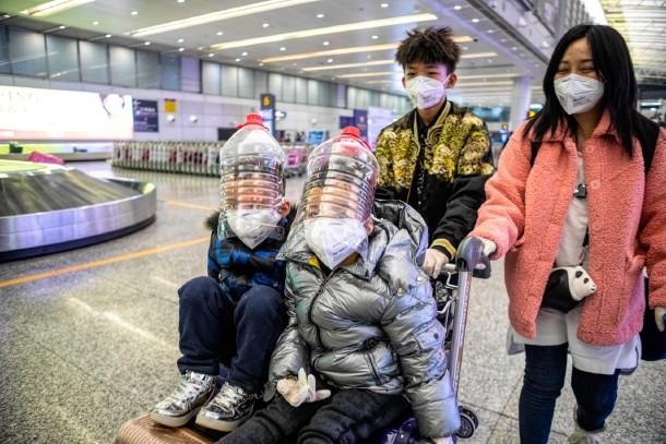 2月1日广州机场儿童戴着自制防护罩.jpg