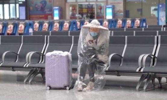硬核家长居然给孩子全身套上塑料袋 路人看呆…