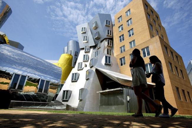 新冠疫情下,麻省理工学院(MIT)超过150人的大课,将会改为线上教学。(美联社)