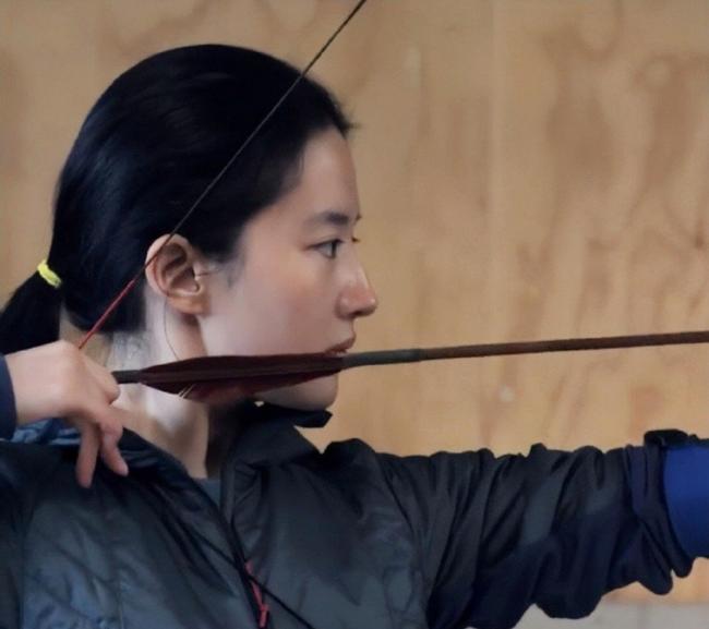 劉亦菲練習射箭花絮照曝光 素顏出鏡