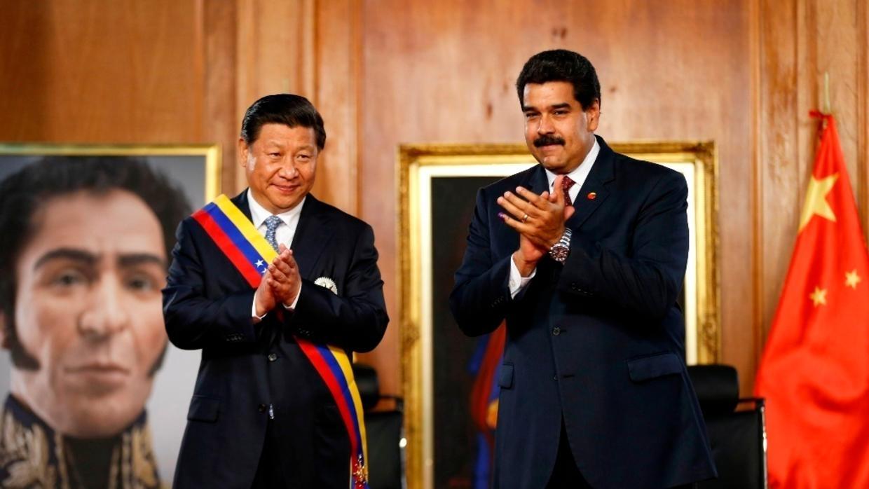 中����家主席�近平(左)�c委�热鹄���y�R杜�_在玻利瓦��肖像前2014年7月21日