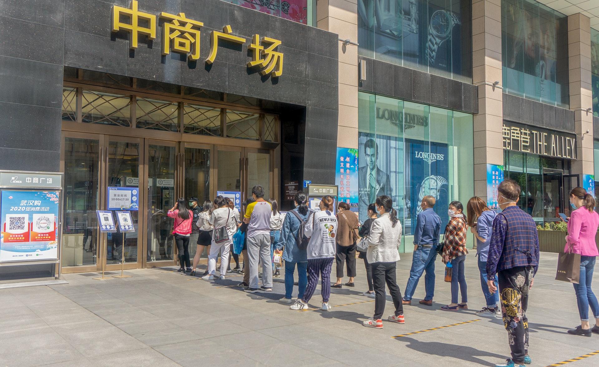 向市民发放消费券成为中国政府刺激消费的重要方式。图为4月27日武汉市民前往中商广场使用消费券购物。(视觉中国)