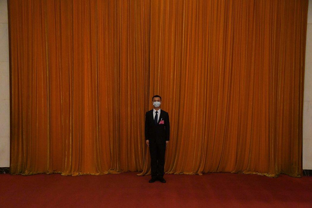 周四,人民大会堂里面的安保人员。