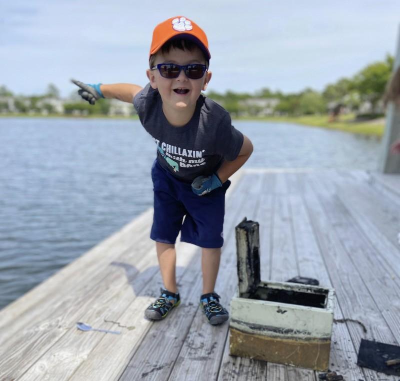 美国6岁男童布鲁尔(Knox Brewer)在南卡罗来纳州湖泊玩起「磁铁钓鱼」,想看看湖底有什么金属宝物,没想到却找到了8年前在窃盗案中被偷走的保险箱。(美联社)