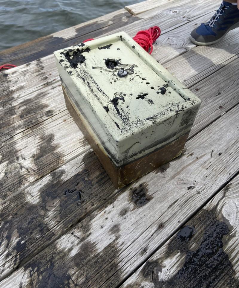 保险箱是一名住在湖对面的妇女所有,她家曾在8年前遭窃。(美联社)