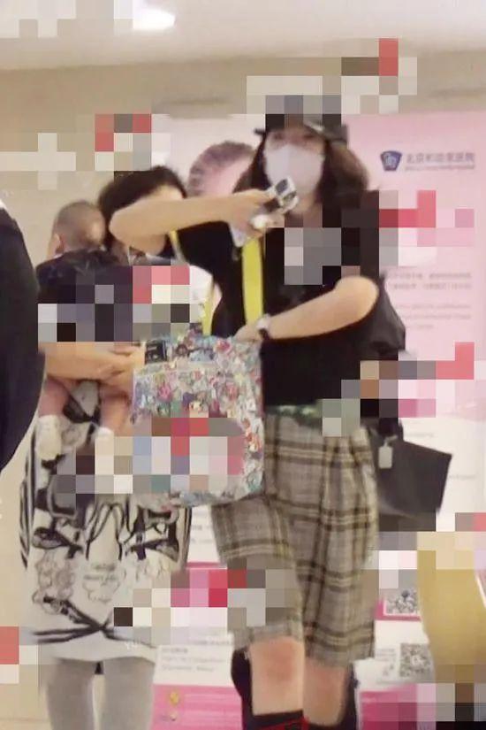 章子怡带儿子去医院做检查 身材完全变形