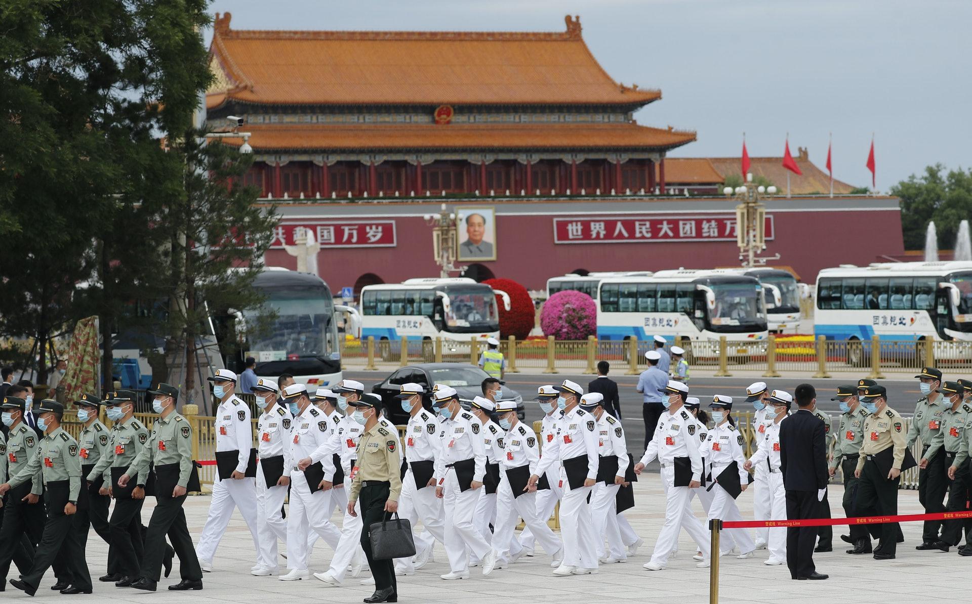 参与全国人大会议的解放军和武警部队代表团。(中新社)