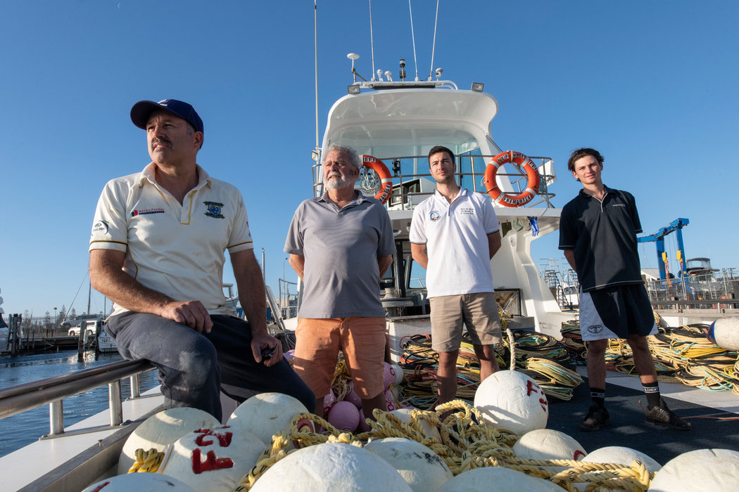 三代岩虾业者。左起:费德勒・卡玛达;费德勒的父亲贾科莫・卡玛达;费德勒的儿子詹姆斯・卡玛达;以及费德勒的侄子杰克・卡玛达。
