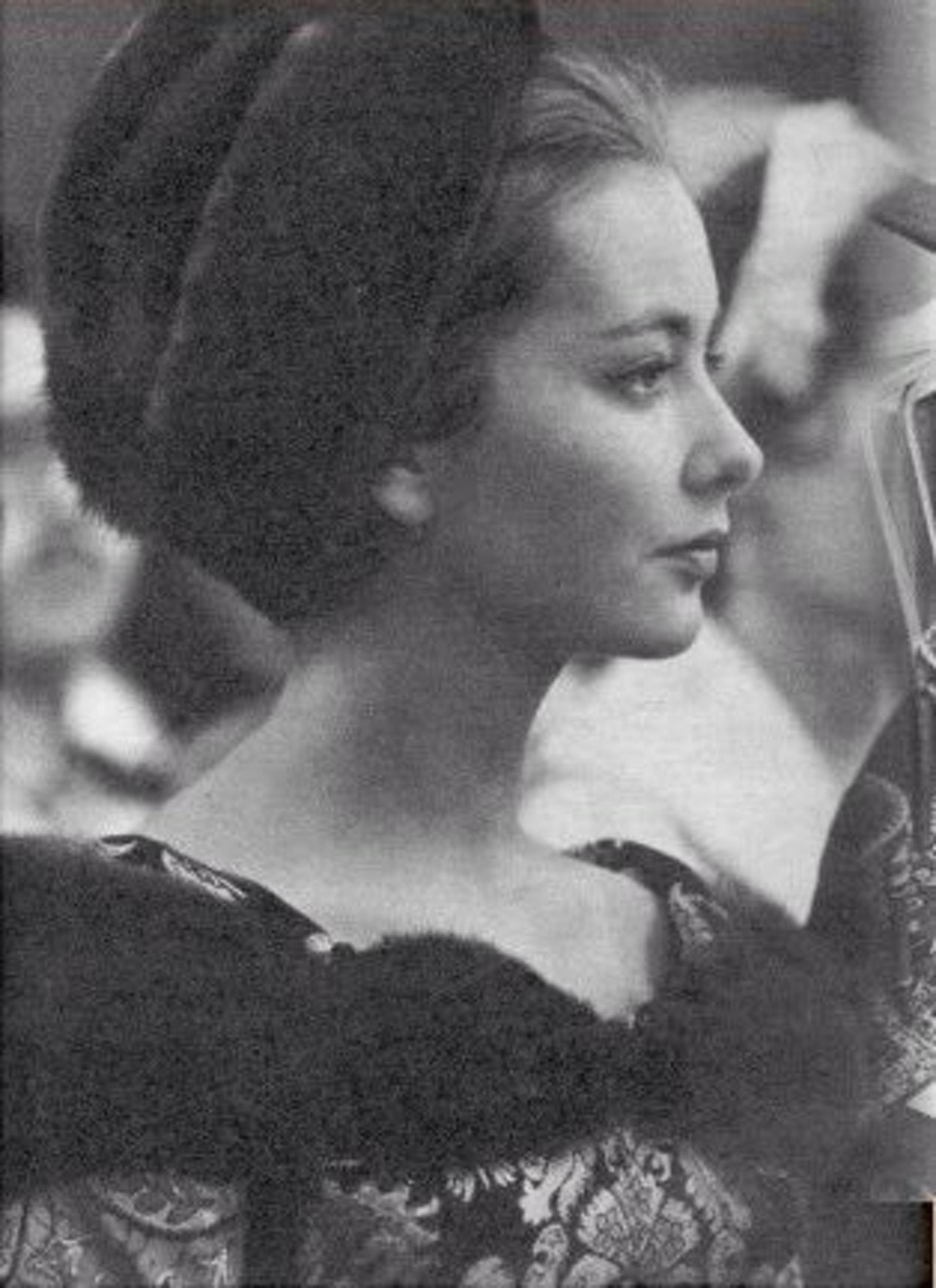 「她由一个耀眼、美丽的公主,成为一个沉闷的皇后。她十分害羞,不外向,因此也似是不大受欢迎。」(Royal Ladies@Twitter)