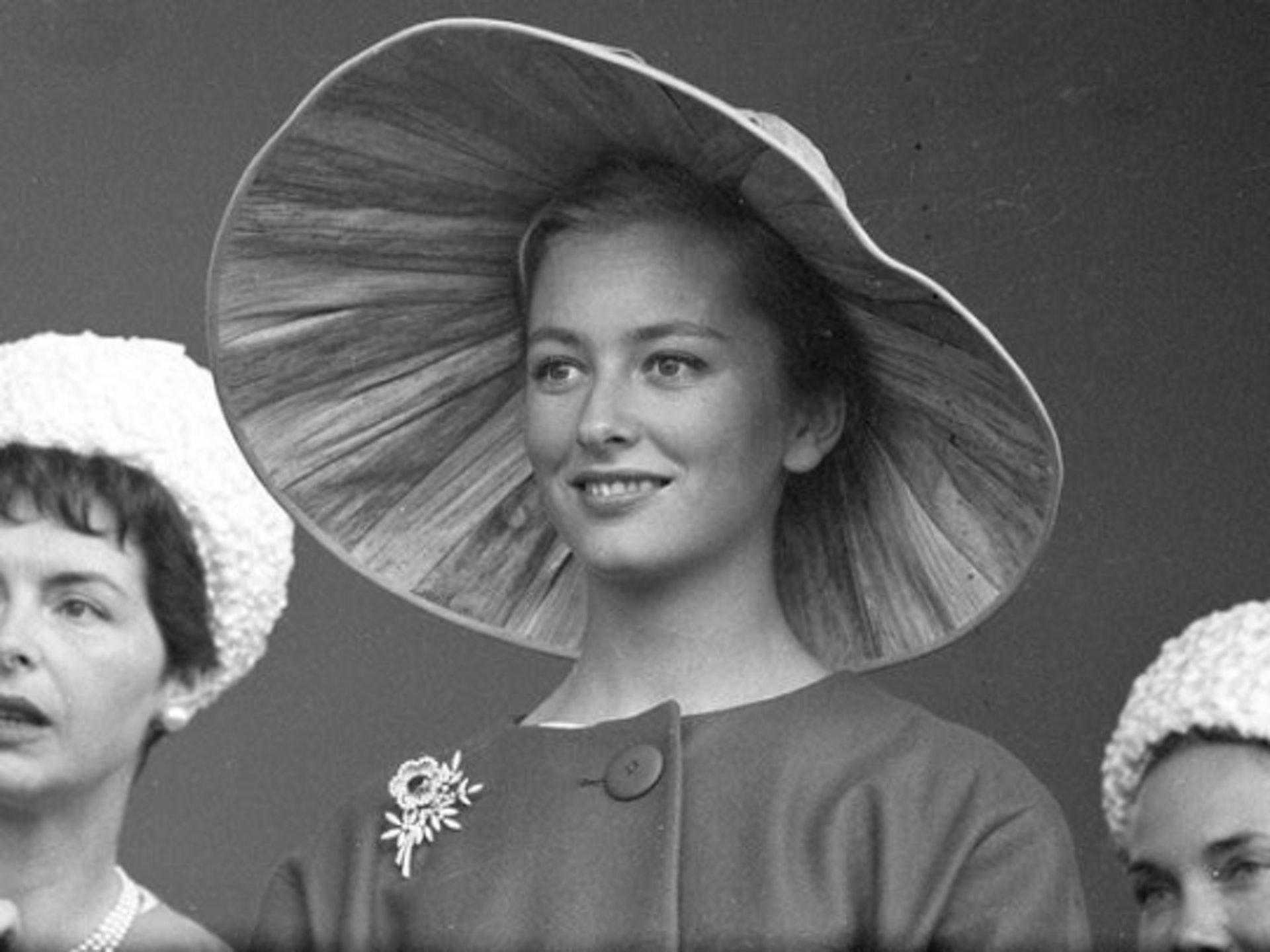 「她还十分年轻,只有21岁。当时的皇室有很多规则,十分严谨,皇室生活不会适合她。婚姻开始出现裂痕,而当阿尔伯遇到另一位女士-同样也面对婚姻问题,他们似找到了互相陪伴的理由。」 (Royal Ladies@Twitter)