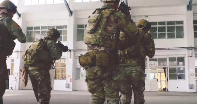 """美军特战第一总队去年公布""""EXCELLENCE""""(卓越)部队形象一片,片中多名美军教官搭配一名身着我方迷彩服的特战官兵,在国军营舍中模拟进行战术搜索、攻坚。图:撷取自美军特战第一总队""""EXCELLENCE""""一片"""