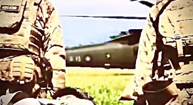 """美军特战第一总队公布""""EXCELLENCE""""(卓越)部队形象一片,片中直升机尾桁上""""陆军""""与国徽(红圈处)在片中一闪而过,显示美军位置在台湾。(撷自美军特战第一总队""""EXCELLENCE""""影片)"""